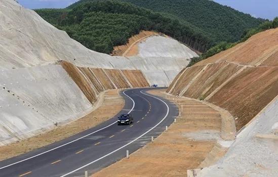 Cao tốc La Sơn - Túy Loan nối với cao tốc Bắc Nam. Ảnh: Võ Thạnh